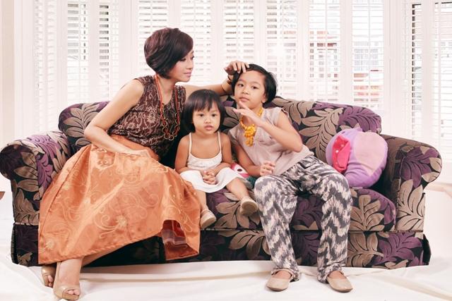 Deasy dan kedua putrinya