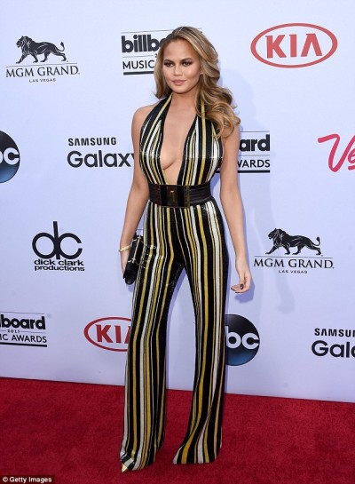 28CCFC9100000578-3085765-Striking_stripes_Chrissy_Teigen_29_hosts_the_Billboard_Music_Awa-a-23_1431940062225