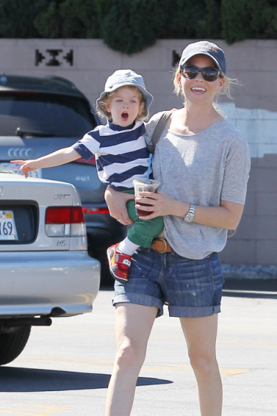 EXCLUSIVE: Elizabeth Banks seen doing some shopping with her husband Max Handelman and children Magnus and Felix in Los Angeles