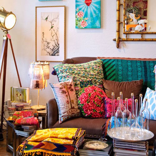 Astonishing-Bohemian-Style-Living-Room-with-Colorful-Accessories