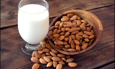 Fresh-almond-milk-in-glass-with-almond-nuts