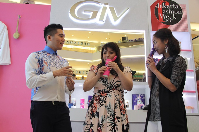 Desainer Albert Yanuar (kiri), Product Manager GIV Body Wash Parfume Collection Stella Eidellina (tengah) dan Fragrance Expert dari Firmenich Fragrance House Clara Tri berbincang saat Talkshow GIV dalam pagelaran Jakarta Fashion Week di Jakarta