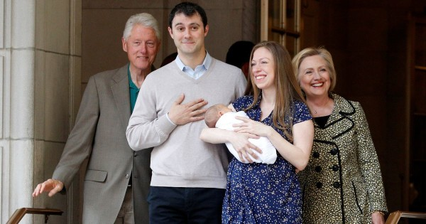 Chelsea Clinton dan keluarga setelah melahirkan bayi kedua Aidan