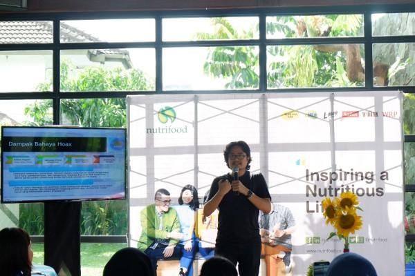 Shafiq Pontoh saat memberikan penjelasan tentang Hoax & Digital Era di event Nutrischool