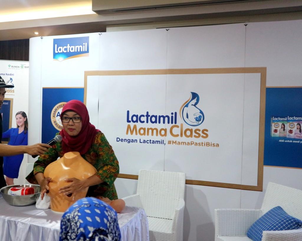 dr. Yolanda Safitri mengedukasi para  Mama mengenai pijat laktasi yang baik dan benar dalam acara Lactamil Mama Class untuk mendukung menyusui yang aman.