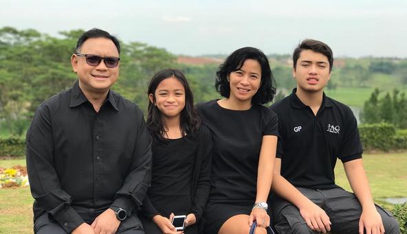 Inge Tumiwa & keluarga