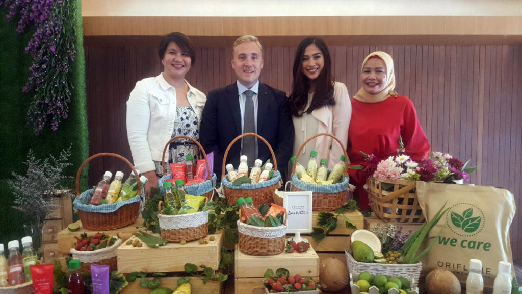 Niclas Palmquist – Vice President of Southeast Asia and Head of Indonesia, Tussy Inggriani – Product Specialist of Oriflame Indonesia, dan  Tyna Kanna Mirdad – Beauty Influencer.