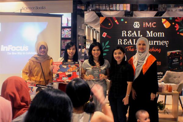 Elvina (tengah) & Mella (kanan) saat menghadiri acara peluncuran buku Real Mom Real Journey