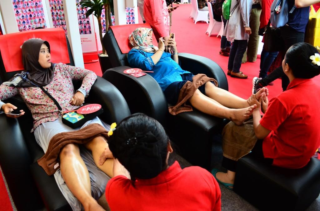 Pijat hamil di booth Ngidam Dimanja.