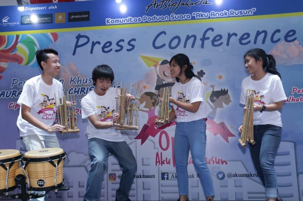 Penampilan dari Soundkestra Junior di acara konferensi pers.