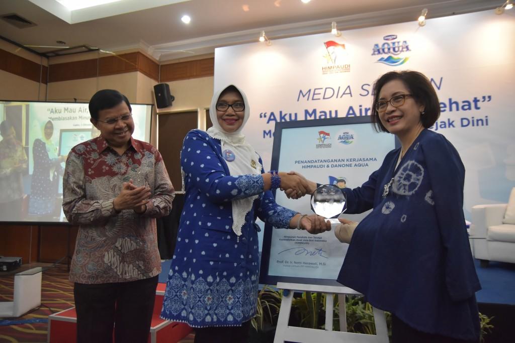 Penyerahan plakat dari Ibu Leila Djafaar - Vice President General Secretary, Danone Indonesia kepada Prof. Dr. Ir. Hj. Netti Herawati, M.Si - Ketua Umum HIMPAUDI disaksikan oleh Prof. Dr. Fasli Jalal, Ph.D - Penasehat HIMPAUDI.
