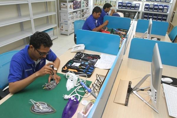 Para teknisi handal Philips sedang memperbaiki produk Philips.
