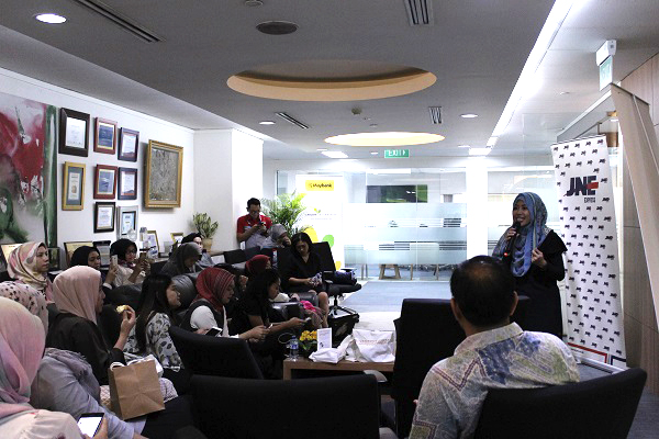 Sharing session Farahdibha dengan peserta Office Community