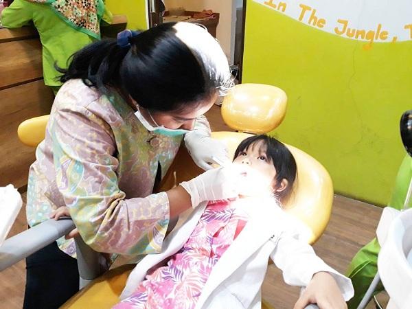 Pemeriksaan gigi oleh tim dokter Medikids