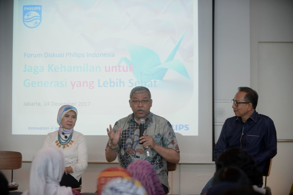 Dr. Eni Gustina, MPH,  Dr. dr. Ali Sungkar, Sp.OG-KFM, dan Bapak Suryo Suwignjo.