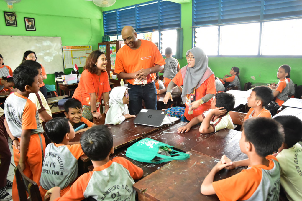 Mr. Omar Luqmaan Harris - General Manager GSK Pharmaceutical Indonesia dan Prelia Moenandar mengunjungi Kelas Inspirasi di acara Orange Day