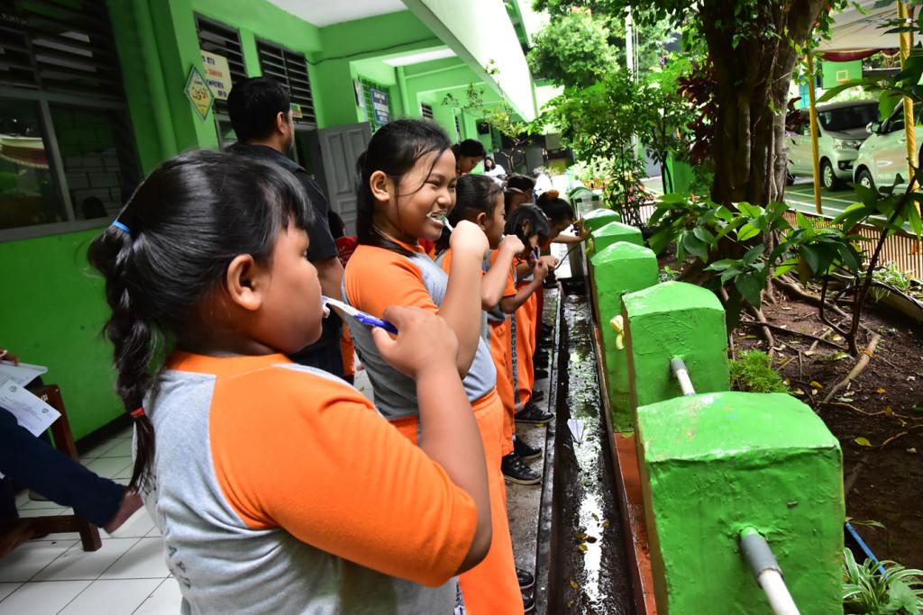 Siswa-siswi SDN Kampung Melayu 01 Pagi melakukan sikat gigi bersama dalam Orange Day