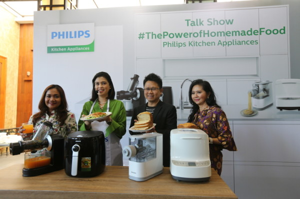 Senior Marketing Manager, Kitchen Appliance Philips Indonesia Maria Simanjuntak, Chef Arimbi Nimpuno, Head of Personal Health Philips Indonesia Yongky Sentosa, dan dokter spesialis gizi dr. Cindiawaty Pudjiadi, MARS, MS, Sp.GK.