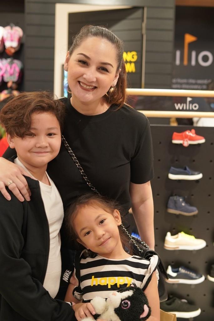 Mona Ratuliu dan kedua anaknya