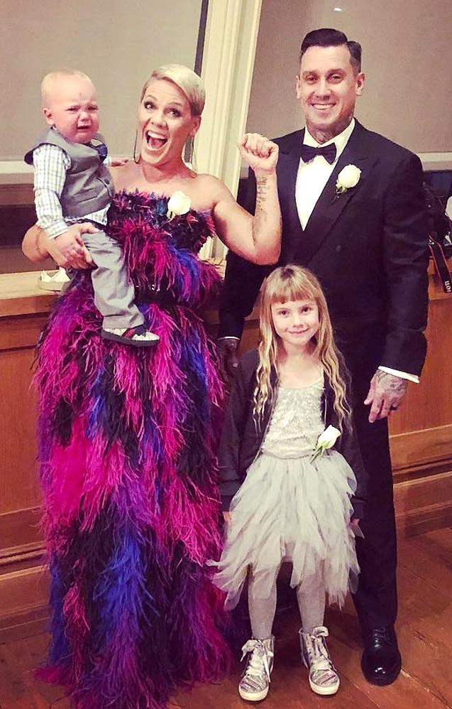 Pink bersama keluarga kecilnya.