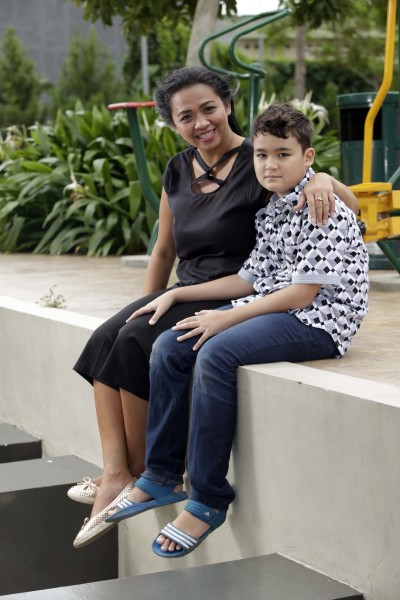Aktivis perempuan penggagas Single Moms, Maureen Hitipeuw (kiri) bersama putranya Alex di Jakarta, Sabtu (11/4).