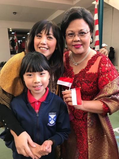"""ki - ka: Monique Arianto, Konsulat Jenderal Dewi Tobing, Claire (8) setelah menerima penghargaan sebagai """"Anak Inspirasi"""" pada perayaan HUT RI ke 73 di Perth, Australia."""
