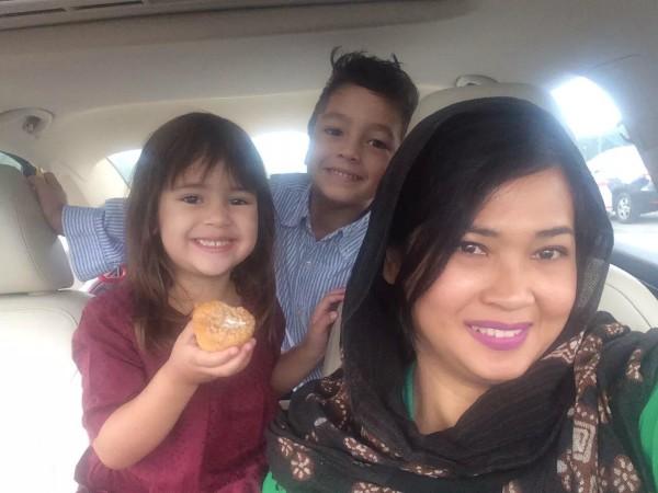 Vivi & kids, saat Hari Raya Idul Fitri di US. Suaminya, Chris, sedang dalam masa traveling untuk pekerjaan.