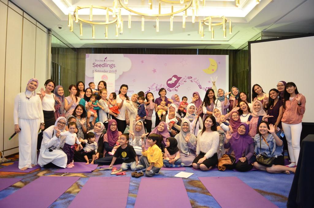 Seluruh peserta kelas Mom _ Baby Yoga di peluncuran Seedlings by Young Living