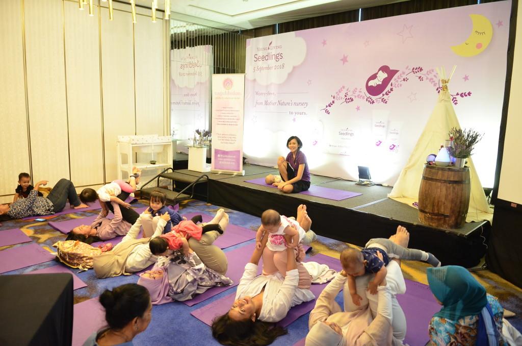 Sesi Yoga Bersama Mbak Tia, founder Nujuhbulan Studio di kelas Baby _ Mom Yoga