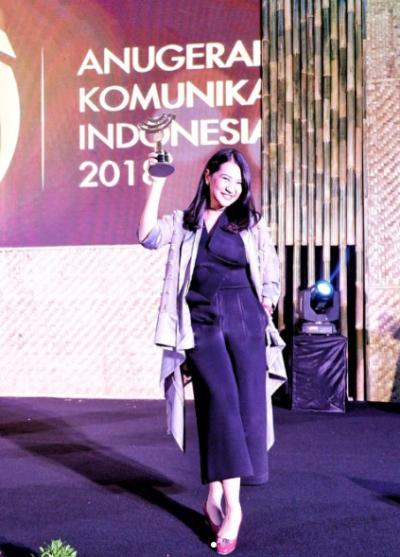 Angkie menerima Penghargaan Anugerah Komunikasi Indonesia atas kontribusinya melalui Thisable Enterprise.