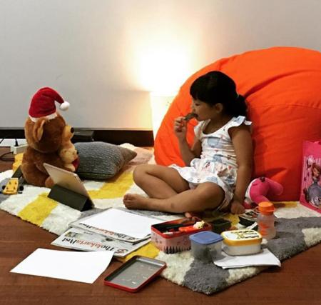 Shera (6) di sudut ruang kerja Asmara Wreksono.