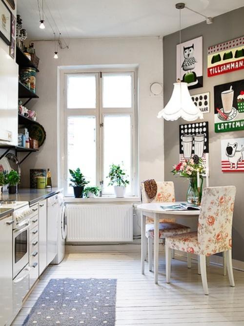 Dapur Mungil Dengan Elemen Tulisan Dan Motif Campuran Hiasan Dinding